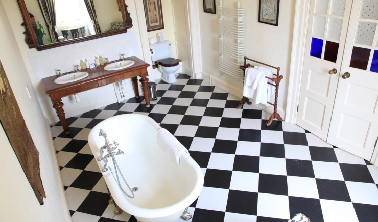 Bathroom in a deluxe family room at Moonfleet Manor country hotel.